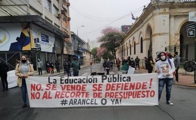 HOY / Salen a protestar enfermeras, docentes, estudiantes y familiares de policías