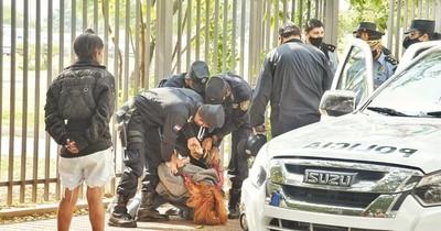 """Estudiantes en vigilia por """"arancel cero"""" denuncian a comisario por agresión"""
