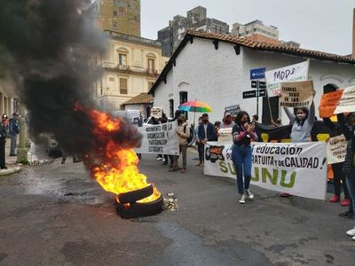 Estudiantes universitarios queman cubiertas en reclamo de arancel cero
