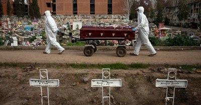 """Sepultureros, """"última línea"""" ante la pandemia, abrumados por muertes en Chile"""
