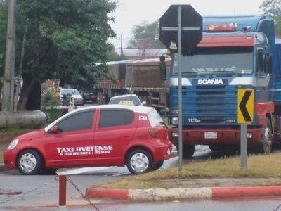 Cierre de rotonda genera largas filas de vehículos pesados