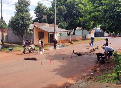 Vecinos reparan calle vecinal