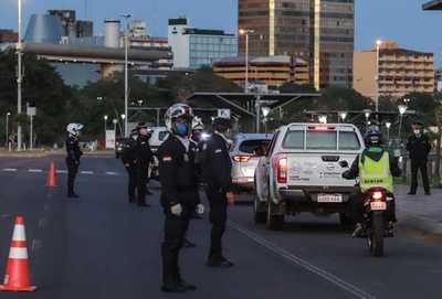 MASIVOS VIAJES HACIA ITAPÚA: POLICÍA TRABAJA PARA QUE PERSONAS CUMPLAN NORMATIVAS