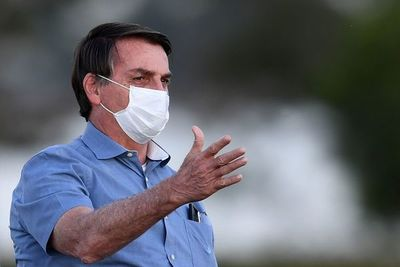 """Bolsonaro dice que Brasil va """"bien"""" pese a COVID y respetará techo de gastos"""