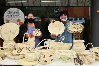 Artesanas indígenas Ishir exponen a la venta sus productos en el IPA