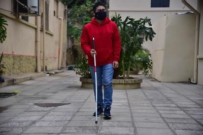 Personas ciegas y con sordoceguera deberán usar bastón en todo el territorio