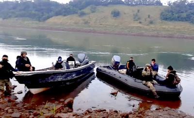 Marinos detienen a siete presuntos contrabandistas durante patrulla por la zona de la usina Acaray
