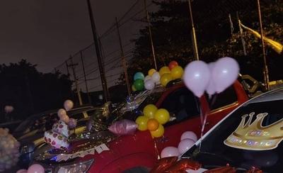 """HOY / Festejó sus 15 años al """"modo COVID"""": invitados saludaron desde sus vehículos"""