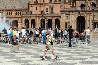 COVID: España prohíbe fumar en la calle, cierra discotecas y bares ante 2.935 nuevos casos