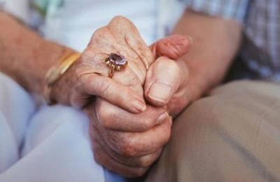 El escalofriante hallazgo de dos ancianos 'momificados' al interior de un departamento