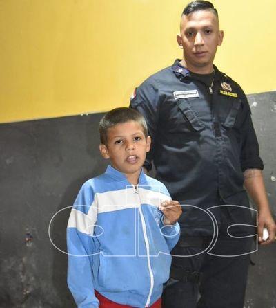 Niño extraviado aguarda a sus familiares en la comisaría 24a. Metropolitana
