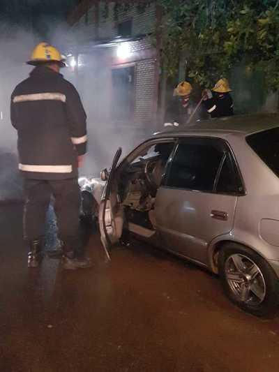 Vehículo se incendió en el barrio San Isidro de Coronel Oviedo – Prensa 5