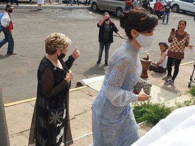 Manifestantes escrachan a invitados de la boda de Sol Cartes
