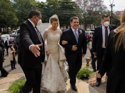 Escraches, manifestantes, emoción y  lujo: así fue la boda de Sol Cartes