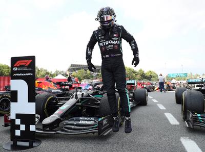 Lewis Hamilton reina en España