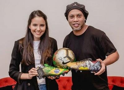 Ronaldinho recibe botines pintados por artista paraguaya