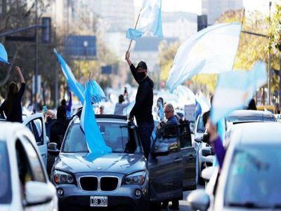 Argentinos desafían la cuarentena y protestan contra el Gobierno