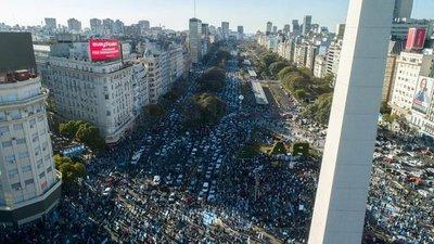 A solo ocho meses de asumir, multitudinaria protesta contra el Gobierno