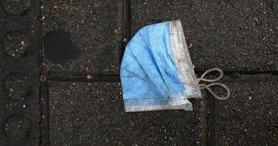 Proponen multar a personas que tiren tapabocas o guantes a las calles