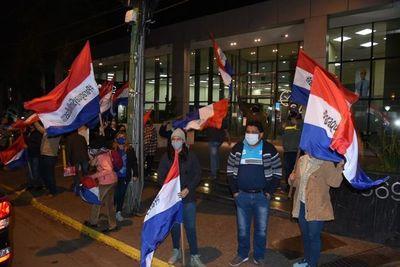 Manifestantes protestan frente al banco y la casa de Horacio Cartes