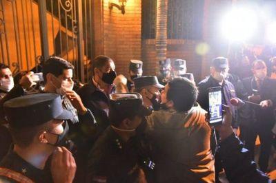 Caravana liberal frente a banco y casa de Cartes en repudio a imputaciones