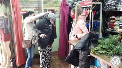 Frío polar obliga a comprar abrigos • Luque Noticias