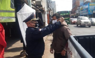HOY / Policías entregan tapabocas en Mercado 4 y Abasto