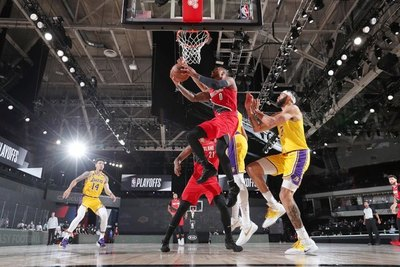 Lakers y Bucks se rehacen y empatan series de playoffs; Lillard da el susto