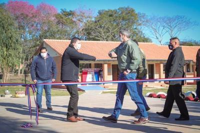 Mario Abdo inauguró mejoras en escuelas de Paraguarí