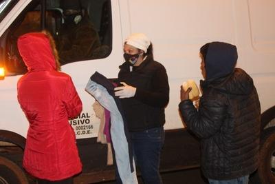 Entregan abrigos y alimentos a personas en situación de calle