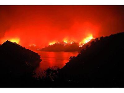 California arde, pide ayuda  y obliga a evacuar a miles de habitantes