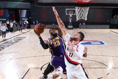 LeBron y Davis dan el triunfo a Lakers que ahora gana 2-1 la serie ante Blazers