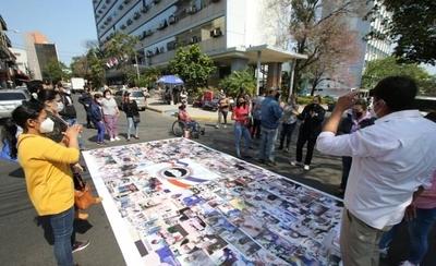 HOY / Personal del IPS protesta frente a Caja Central y exige pago de gratificación