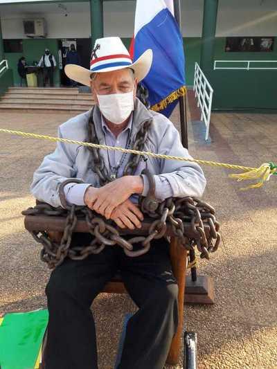 Hombre se encadena en la Municipalidad de Caaguazú