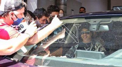 Ronaldinho y su hermano salen del país, en medio de aglomeración de fanáticos