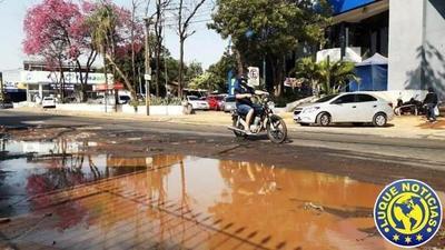"Charco de agua de Essap ""florece"" frente a un hospital •"