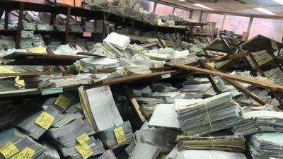 Funcionario, golpeado tras desplome de estantes de archivo del PJ
