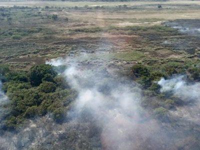 Realizan trabajos para sofocar el fuego en la ribera del río Paraguay entre Asunción y Presidente Hayes