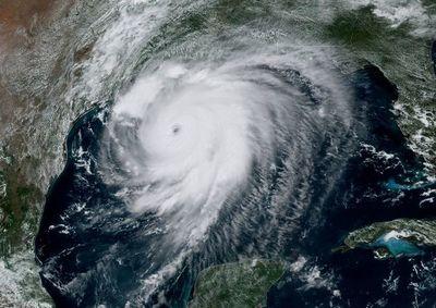 """Miles evacuan en EE.UU. ante """"catastrófico"""" impacto del huracán Laura"""