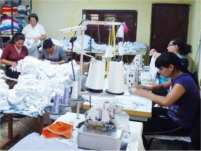 Histórico acuerdo para proveer batas celebran los confeccionistas