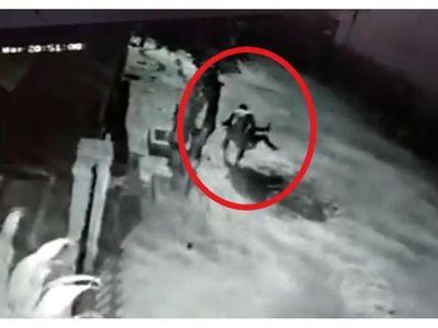Del tiempo de las cavernas: Policía le arrastra del cabello a su esposa