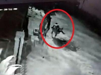 Violento policía arrastró del cabello a su pareja