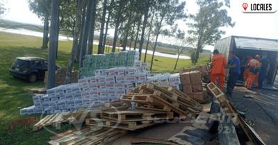 Daños materiales tras el vuelco de la carreta de un camión sobre la ruta PY01
