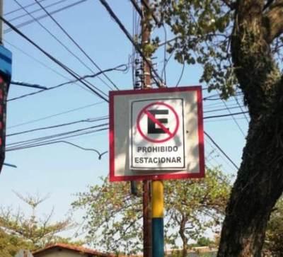 Tapan señalización en el centro de Luque •