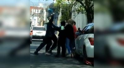 HOY / Discusión entre un hombre y un inspector de la PMT termina a los puños tras ponerle cepo al vehículo