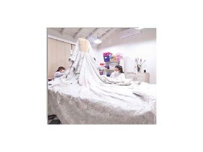 Doce artesanas elaboraron el vestido nupcial de Sol Cartes