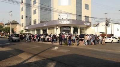 Aglomeración frente al BNF en pleno ascenso de Covid en Luque •