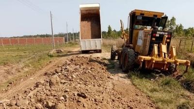 Reparan caminos vecinales en asentamientos