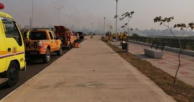 La Nación / Bomberos intentan sofocar fuego de pastizales en la Costanera