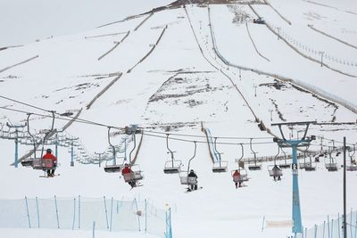 Abrir en pandemia o perder la temporada, el debate del esquí en Chile